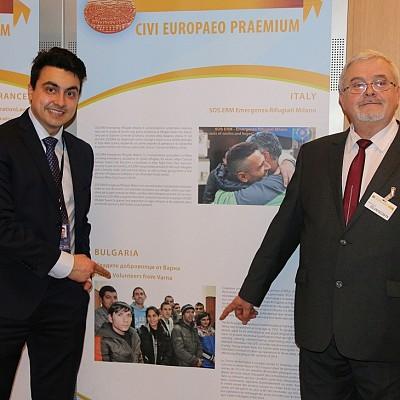 """Момчил Неков и директорът на центъра """"Анастасия д-р Железкова"""" на церемонията за връчването на Европейската гражданска награда в Европейския парламент в Брюксел."""
