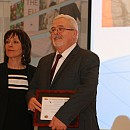 Зам.-председателката на ЕП Силви Гийом връчва почетната грамота на директора на СУПЦ Пламен Петров