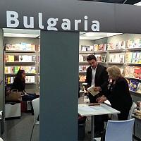Евродепутатът от БСП Момчил Неков разглежда българския щанд на Международния панаир на книгата във Франкфурт, на който беше поканен от Асоциацията на българските книгоиздатели.