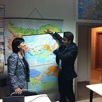 """Момчил Неков връчва картите на директорката на училище """"Пейо Яворов"""" Валентина Найденова"""